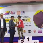 Daakshin receiving second prize in under 10 IIFL Open from GM Anand